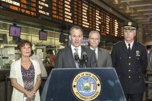 No centro, o procurador  Eric Schneiderman (Foto: Metropolitan Transportation Authority/Patrick Cashin)