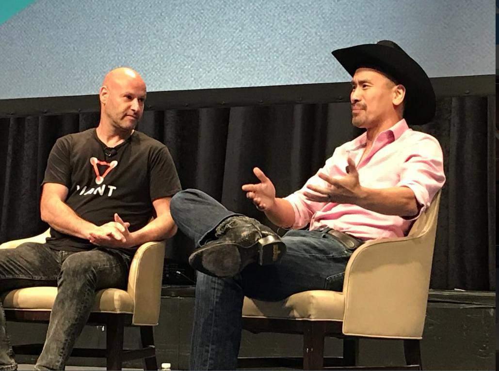 Jimmy Song, de chapéu, durante debate na Consensus