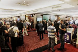 Público na área de estandes na Bitconf (Foto: Portal do Bitcoin)