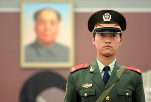Soldado chinês na Praça Tienamen (Foto: Luo Shaoyang/Wikimedia)