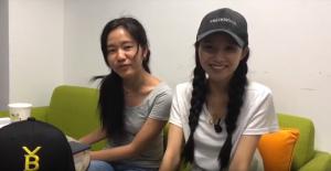He Youbing (à direita) durante a transmissão de um dos vídeos da série Bitcoin Girl.