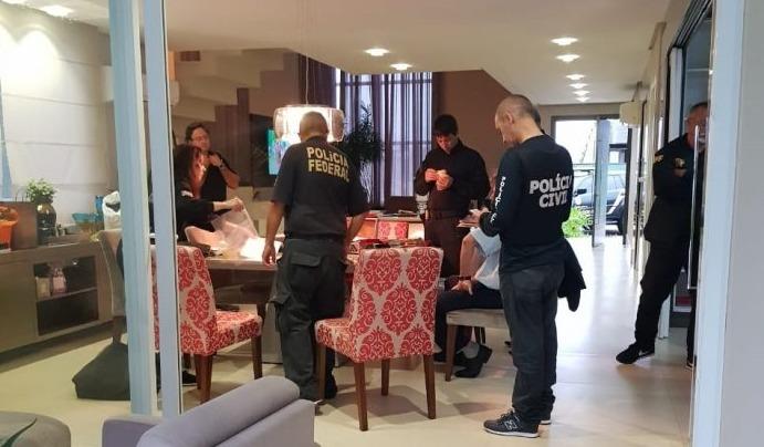 Operação da PF na casa de um dos sócios da Indeal (Foto: Divulgação/Polícia Civil)