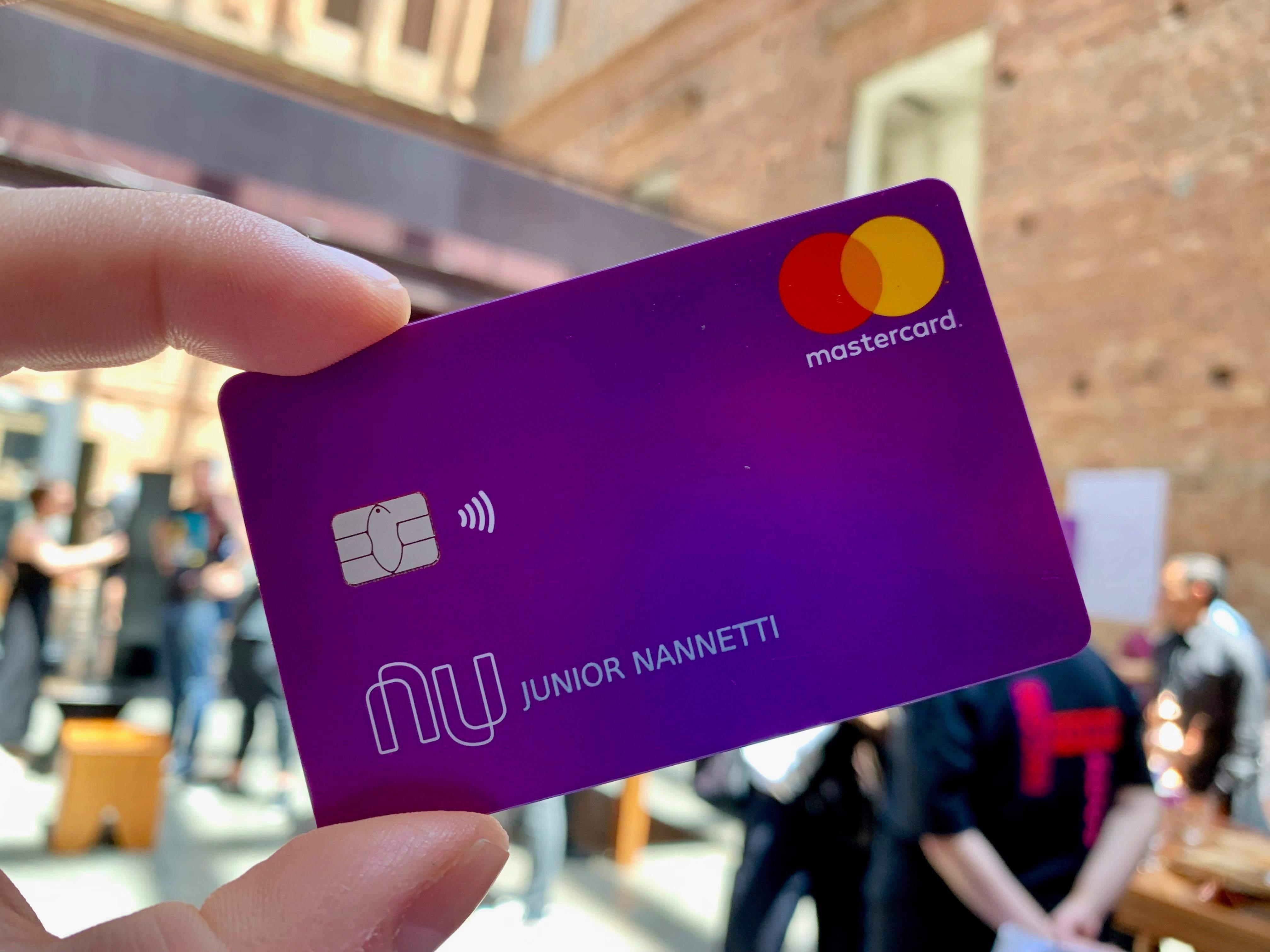 Com atraso, Nubank reage a cobranças e anuncia alívio nos juros para clientes