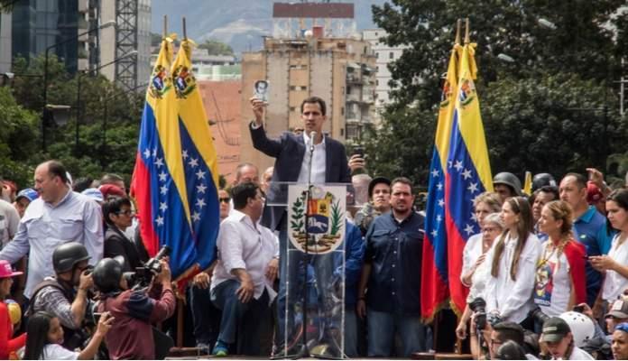 Caracas, Miranda/Venezuela - 23 de Janeiro de 2019: O presidente da Assembléia Nacional da Venezuela, Juan Guaido, fala ao povo durante um comício Foto: Shutterstock)