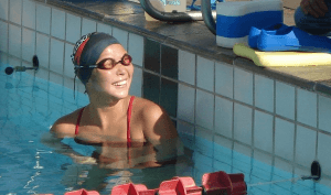 Atleta paraolímpica da natação brasileira consegue doação em bitcoin para comprar linha Braille