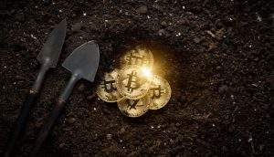 Moedas de bitcoin sendo escavadas (Foto: Shutterstock)