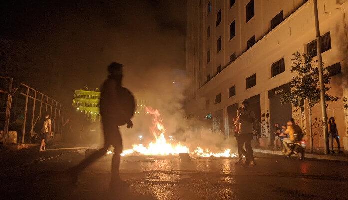 Moeda Líbano derrete e população queima unidade do Banco Central do país