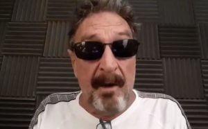 John Mcafee em vídeo explicando sobre as criptomoedas. Reprodução/Twitter