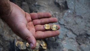 Jovens encontram 425 moedas de ouro do século IX em escavações em Israel