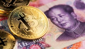 Bitcoin em cima de numa nota de Yuan (Foto: Shutterstock)