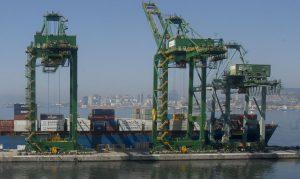 Atracação de navios no Caís do Porto do Rio de Janeiro, guindaste, container. (Foto: Agência Brasil)