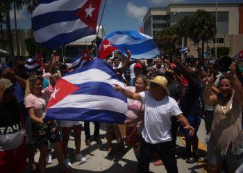 Cubanos protestando em Miami. Foto: Shutterstock