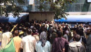Afegãos esperando para receber no banco (Foto: Reprodução\Twitter)