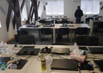 Call center clandestino na Ucrânia (Foto: Polícia ucraniana/divulgação)